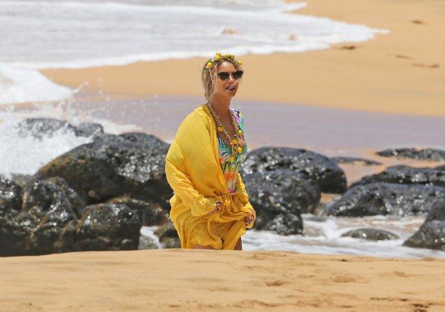 Бабушка Бейонсе и Джей Зи где-то на Гавайях: beyonce-2_Starbeat.ru