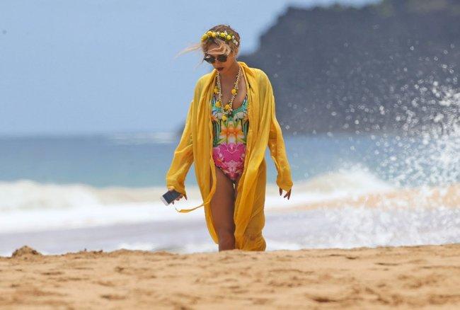 Бабушка Бейонсе и Джей Зи где-то на Гавайях: beyonce-6_Starbeat.ru