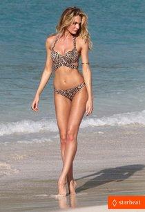 Съемки рекламы купальников с Кэндис Свейнпол, Сент-Бартс: candice-swanepoel-in-bikini-photo-shoot-on-the-beach-14_Starbeat.ru
