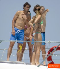 Теннисист Рафаэль Надаль обнажил торс на Ибице : rafael-nadal-shirtless-ibiza-vacation-with-maria-francisca-perello-01_Starbeat.ru