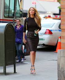 Блейк Лайвли на съемках фотосессии в Нью-Йорке: blake-lively---photoshoot-candids-in-new-york--01_Starbeat.ru