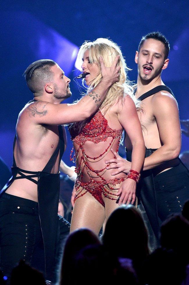 Бритни Спирс и морщины радости на «2016 Billboard Music Awards» в Лас-Вегасе: britney-spears-35_Starbeat.ru