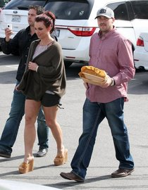 Бритни Спирс и Дэвид Люкадо купили ланч в Агура-Хиллз: britney-spears-flaunt-her-legs-in-agoura-hills--01_Starbeat.ru