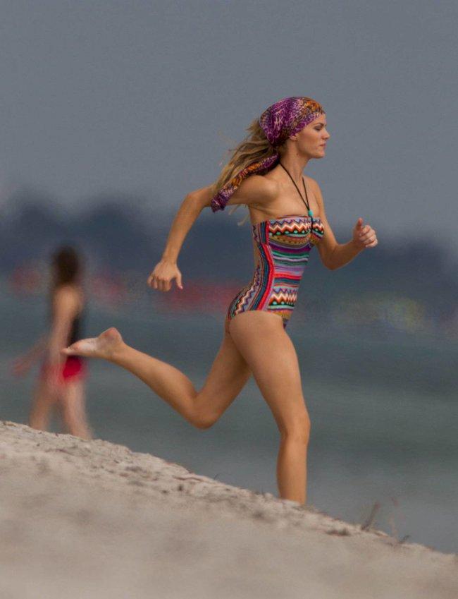 Бруклин Деккер в Майами: съемки фотосессии на пляже: brooklyn-decker-21_Starbeat.ru