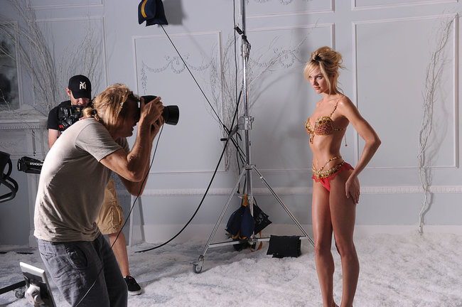 Кэндис Свейнпол на съемках бикини «Fantasy Bra» от «Victoria's Secret»: candice-swanepoel-10-million-fantasy-bra-behind-scenes-04_Starbeat.ru