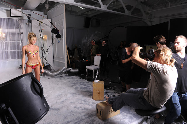 Кэндис Свейнпол на съемках бикини «Fantasy Bra» от «Victoria's Secret»: candice-swanepoel-10-million-fantasy-bra-behind-scenes-08_Starbeat.ru