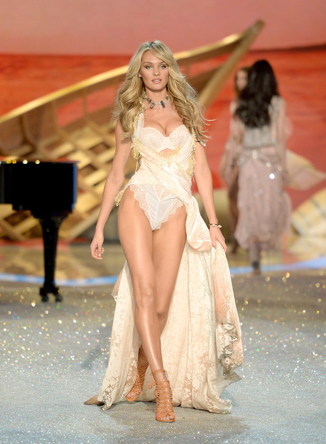 Модный показ «Victoria's Secret» в Нью-Йорке: Кэндис Свейнпол: candice-swanepoel---victorias-secret-fashion-show-runway-2013--02_Starbeat.ru