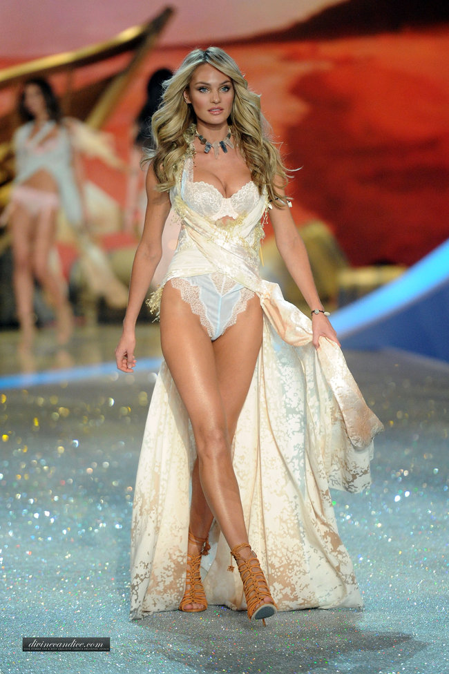 Модный показ «Victoria's Secret» в Нью-Йорке: Кэндис Свейнпол: candice-swanepoel---victorias-secret-fashion-show-runway-2013--09_Starbeat.ru
