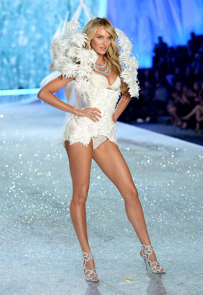 Модный показ «Victoria's Secret» в Нью-Йорке: Кэндис Свейнпол: candice-swanepoel---victorias-secret-fashion-show-runway-2013--10_Starbeat.ru