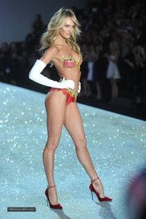 Модный показ «Victoria's Secret» в Нью-Йорке: Кэндис Свейнпол: candice-swanepoel---victorias-secret-fashion-show-runway-2013--01_Starbeat.ru
