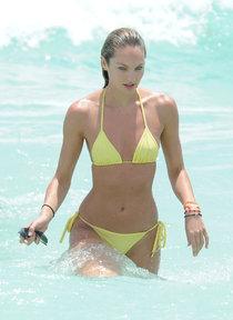 Кэндис Свейнпол в желтом бикини на пляже Майами: candice-swanepoel---wearing-yellow-bikini-in-miami--22_Starbeat.ru