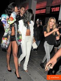 Святая троица: Рианна, Мелисса Форде и Кара Дельвинь отправились в ночной клуб: rihanna-cara-delevingne-good-times-at-cirque-du-soir-03_Starbeat.ru