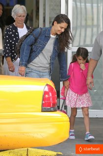 Кэти Холмс и ее дочка Сури Круз в аэропорту Нью-Йорка: katie-holmes-jfk-arrival-before-july-4th-weekend-01_Starbeat.ru