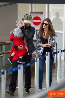 Миранда Керр и Орландо Блум с сыном в аэропорту: miranda-kerr-orlando-bloom-easter-landing-with-flynn-01_Starbeat.ru