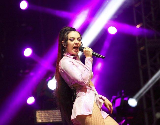Чарли ХСХ и совсем не интересные фото снизу (музыкальный фестиваль «LA Pride»): charli-xcx-21_Starbeat.ru