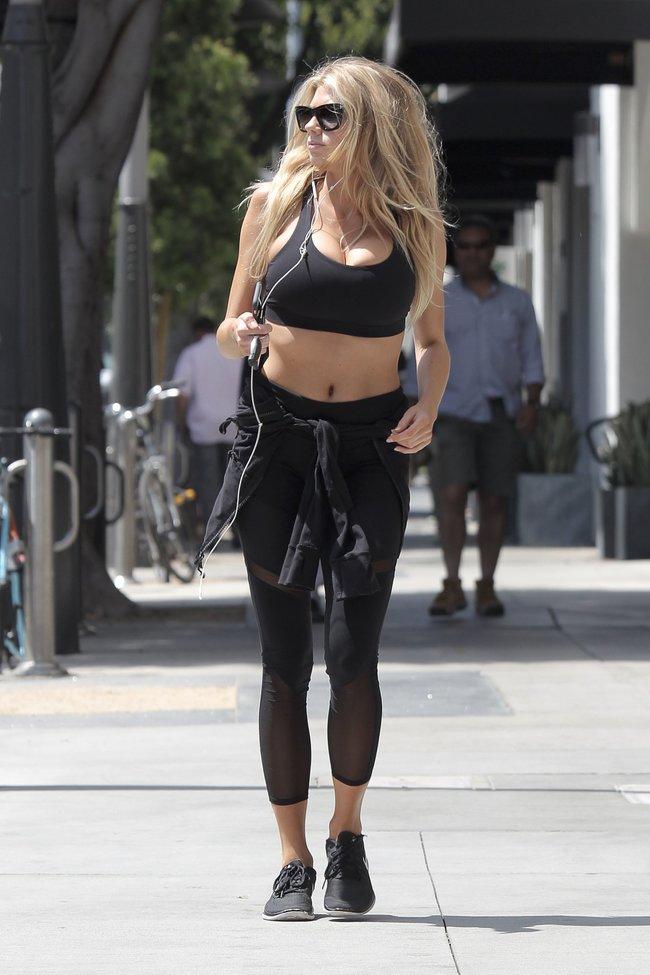 Шарлотт Мак-Кинни потряхивает бубсами в Лос-Анджелесе: charlotte-mckinney-4-2_Starbeat.ru