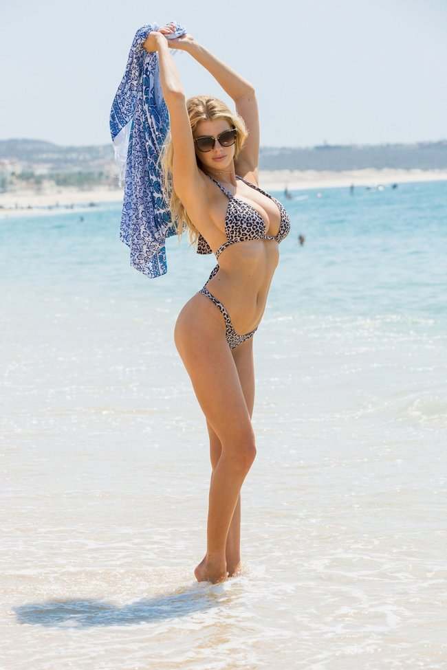 Шарлотт Мак-Кинни: фотки со столбом: charlotte-mckinney-6-3_Starbeat.ru