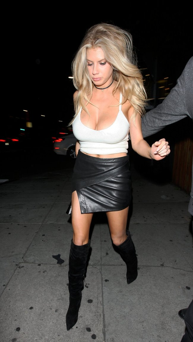 Папарацци заглянули под юбку Шарлотт Мак-Кинни в Лос-Анджелесе: charlotte-mckinney-4-3_Starbeat.ru