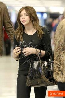 Хлоя Морец в аэропорту Лос-Анджелеса: chloe-moretz-dark-places-star-09_Starbeat.ru
