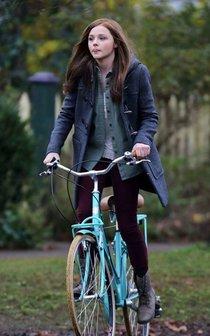 Съемки фильма «Если я останусь» в Ванкувере: Хлоя Морец: chloe-moretz-riding-a-bike-on-the-set-of-if-i-stay--01_Starbeat.ru
