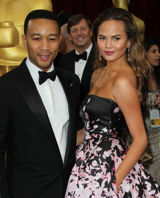 Кристин Тейген с мужем на главной кинопремии года: «Оскар 2014»: oscar-2014-christine-teigen--03_Starbeat.ru
