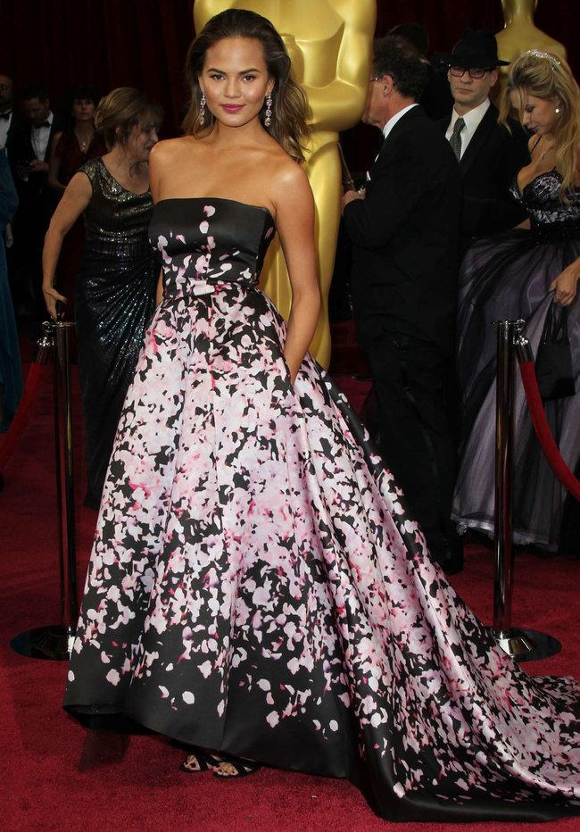 Кристин Тейген с мужем на главной кинопремии года: «Оскар 2014»: oscar-2014-christine-teigen--08_Starbeat.ru