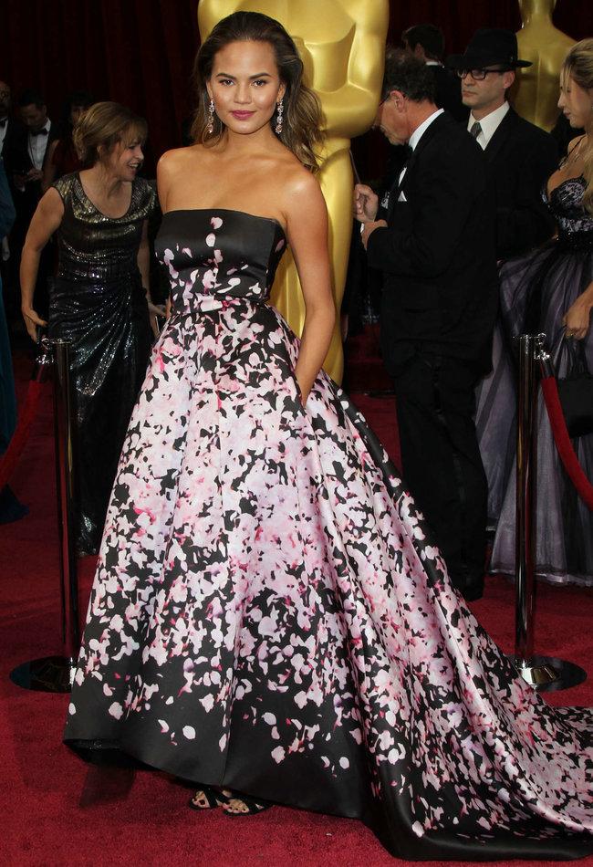 Кристин Тейген с мужем на главной кинопремии года: «Оскар 2014»: oscar-2014-christine-teigen--11_Starbeat.ru
