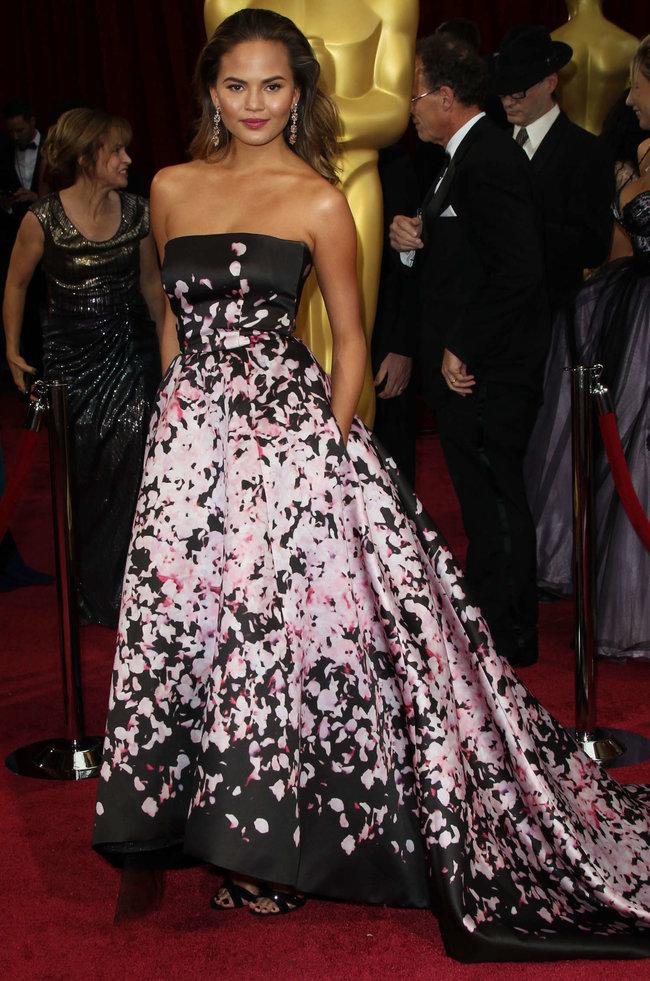 Кристин Тейген с мужем на главной кинопремии года: «Оскар 2014»: oscar-2014-christine-teigen--12_Starbeat.ru