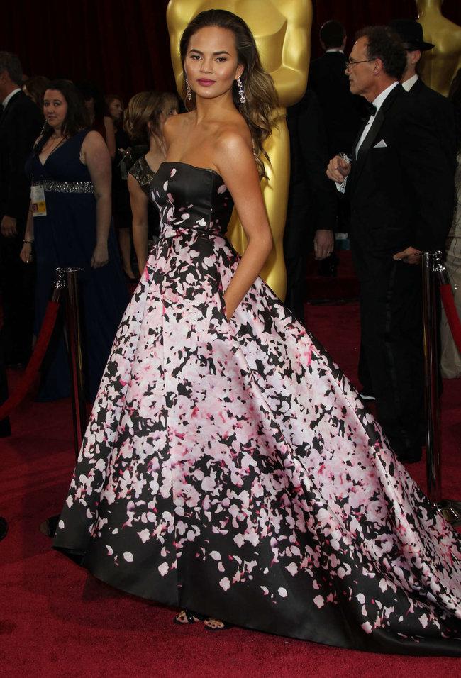 Кристин Тейген с мужем на главной кинопремии года: «Оскар 2014»: oscar-2014-christine-teigen--13_Starbeat.ru