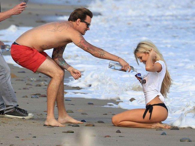 Мочим майку вместе с Дейзи Ли — реклама водички «138 Water Bikini Photoshoot» в Малибу: daisy-lea-5_Starbeat.ru