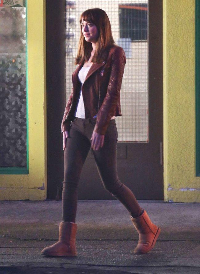 Дакота Джонсон: съемки фильма «Пятьдесят оттенков серого»: dakota-johnson-fifty-shades-of-grey-set-photos--14_Starbeat.ru