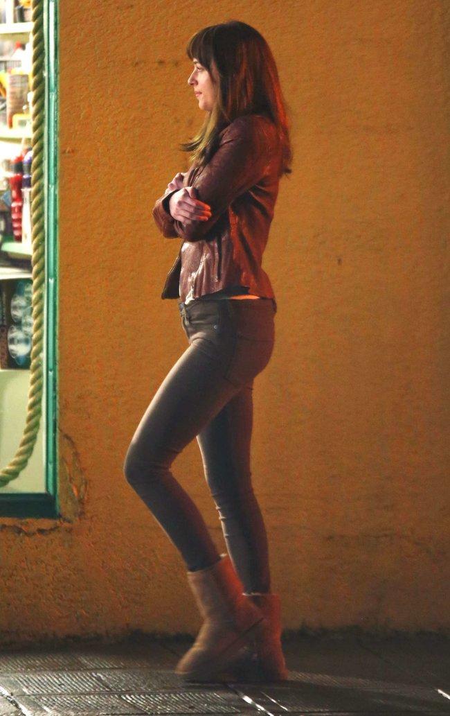 Дакота Джонсон: съемки фильма «Пятьдесят оттенков серого»: dakota-johnson-fifty-shades-of-grey-set-photos--20_Starbeat.ru