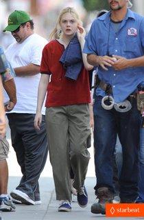 Эль Фаннинг и Питер Динклэйдж на съемках фильма «Low Down»: elle-fanning-low-down-set-with-peter-dinklage-01_Starbeat.ru