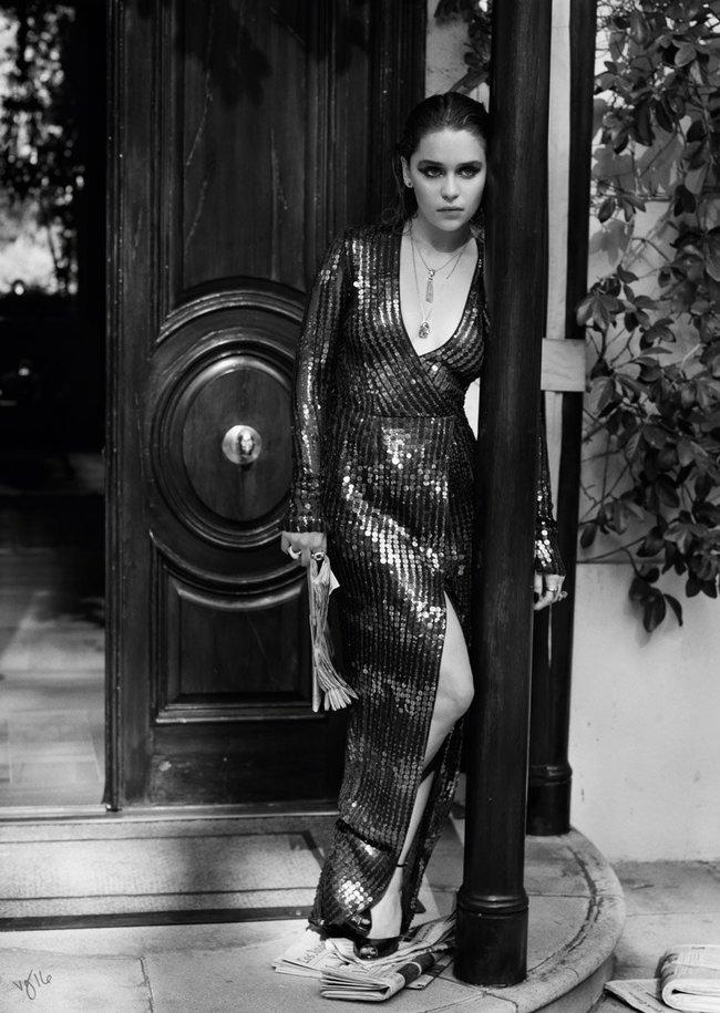 Эмилия Кларк хватается за голову от усталости в фотосессии для магазина Violet Grey: emilia-clarke-3_Starbeat.ru
