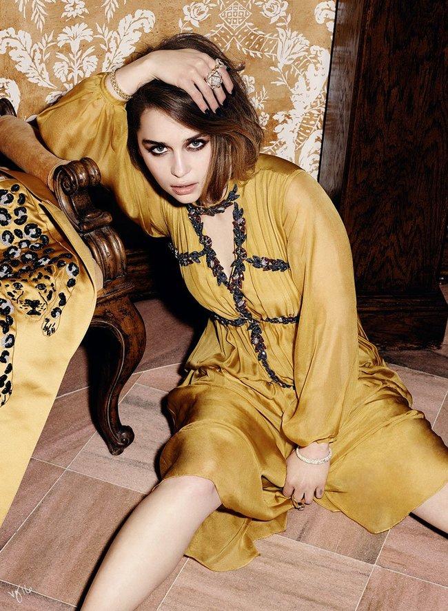 Эмилия Кларк хватается за голову от усталости в фотосессии для магазина Violet Grey: emilia-clarke-4_Starbeat.ru