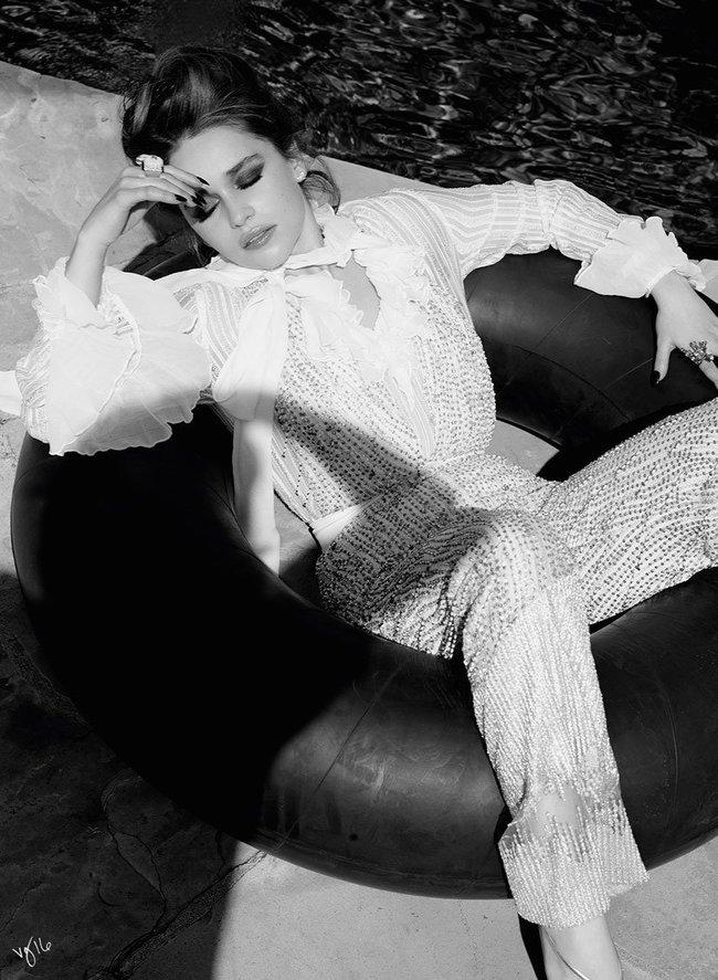 Эмилия Кларк хватается за голову от усталости в фотосессии для магазина Violet Grey: emilia-clarke-5_Starbeat.ru