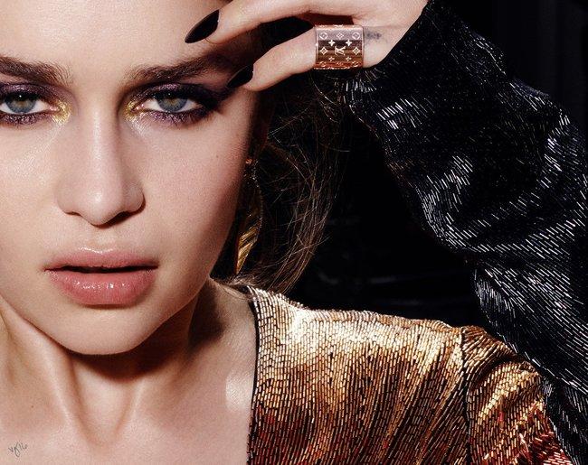 Эмилия Кларк хватается за голову от усталости в фотосессии для магазина Violet Grey: emilia-clarke-7_Starbeat.ru