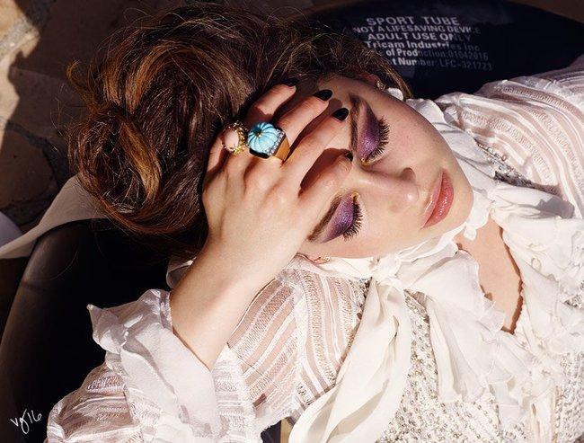 Эмилия Кларк хватается за голову от усталости в фотосессии для магазина Violet Grey: emilia-clarke-8_Starbeat.ru