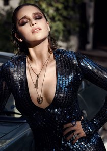 Эмилия Кларк хватается за голову от усталости в фотосессии для магазина Violet Grey: emilia-clarke-1_Starbeat.ru