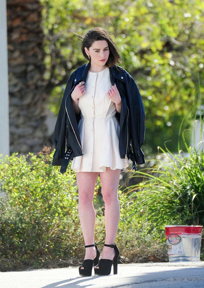 Эмилия Кларк на съемках фотосессии в Лос-Анджелесе: emilia-clarke-leggy-at-photoshoot--01_Starbeat.ru