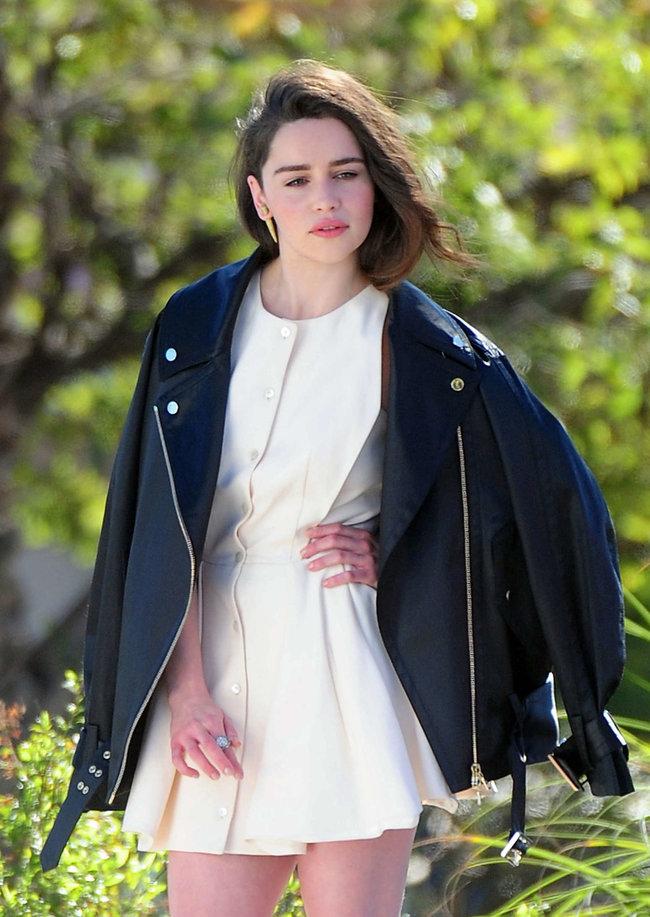 Эмилия Кларк на съемках фотосессии в Лос-Анджелесе: emilia-clarke-leggy-at-photoshoot--02_Starbeat.ru