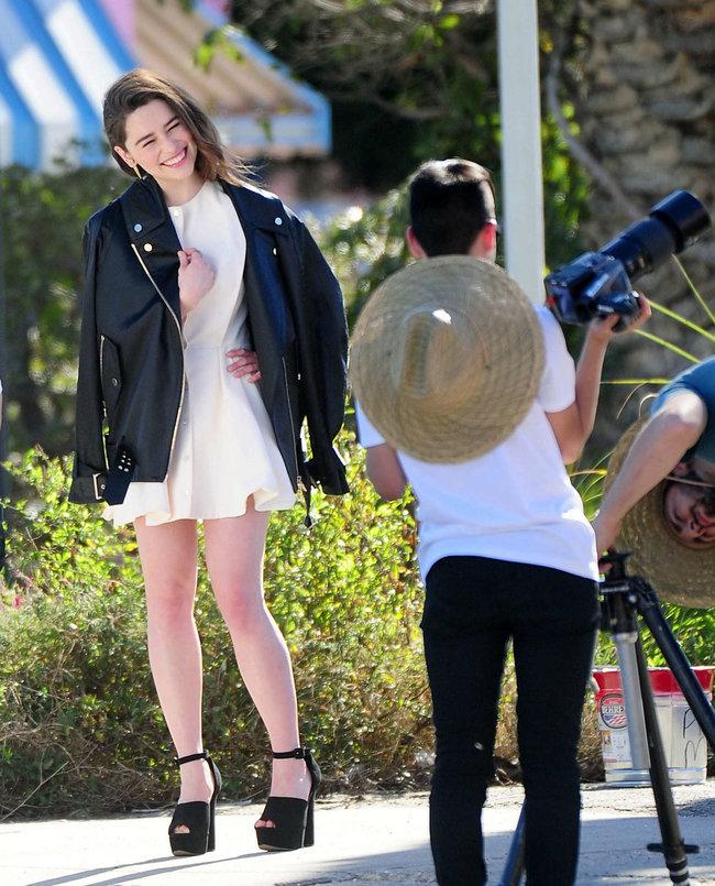 Эмилия Кларк на съемках фотосессии в Лос-Анджелесе: emilia-clarke-leggy-at-photoshoot--04_Starbeat.ru