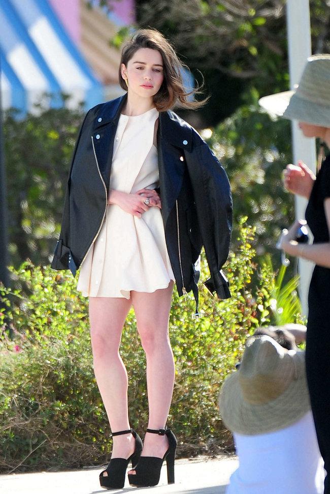 Эмилия Кларк на съемках фотосессии в Лос-Анджелесе: emilia-clarke-leggy-at-photoshoot--05_Starbeat.ru
