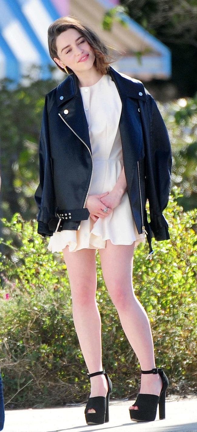 Эмилия Кларк на съемках фотосессии в Лос-Анджелесе: emilia-clarke-leggy-at-photoshoot--10_Starbeat.ru