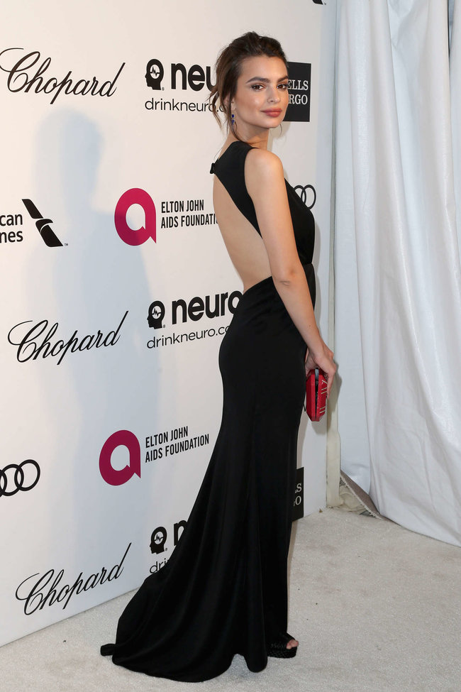 Эмили Ратажковски: «Elton John AIDS Foundation Academy Awards»: emily-ratajkowski-oscars-2014---vanity-fair-party--04_Starbeat.ru