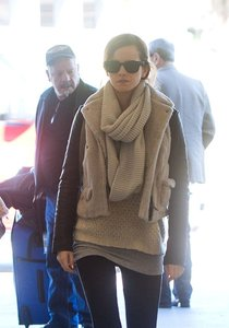 Эмма Уотсон в аэропорту Лос-Анджелеса: Emma-Watson-at-LAX-Airport--01_Starbeat.ru