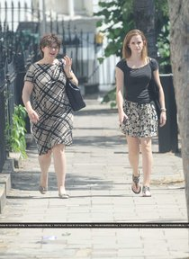 Эмма Уотсон с мамой: на прогулке в центре Лондона: emma-watson-in-short-skirt-in-london--01_Starbeat.ru
