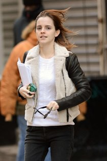 Эмма Уотсон на улицах Нью-Йорка: Emma-Watson---Out-in-NYC--12_Starbeat.ru