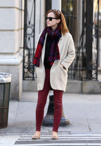 Эмма Уотсон в Нью-Йорке: emma-watson-in-red-leather-pants-out-in-new-york--01_Starbeat.ru