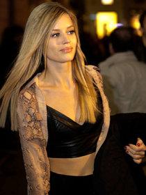 Джорджия Мэй Джаггер покидает фэшн-шоу «Versace»: georgia-may-jagger-seen-leaving-versace-show--01_Starbeat.ru